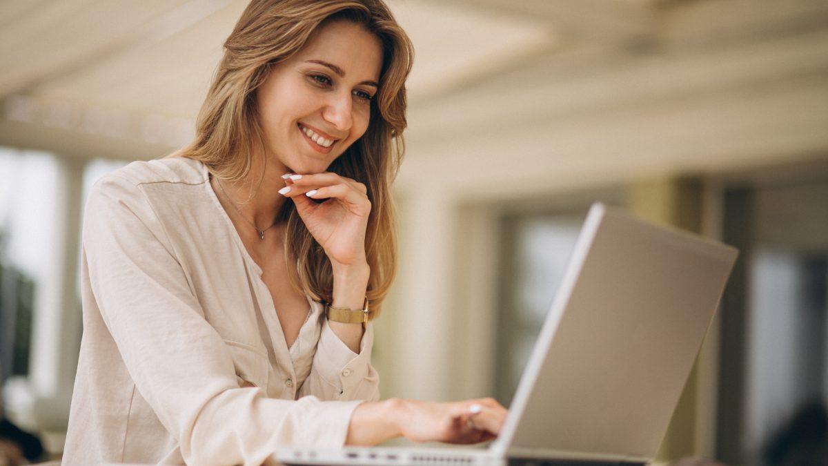 kobieta pracuje na laptopie